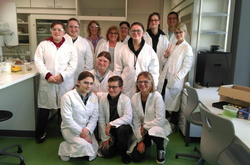 Einen ganzen Tag lang arbeiten im Labor - wie richtige Chemikerinnen und Chemiker...